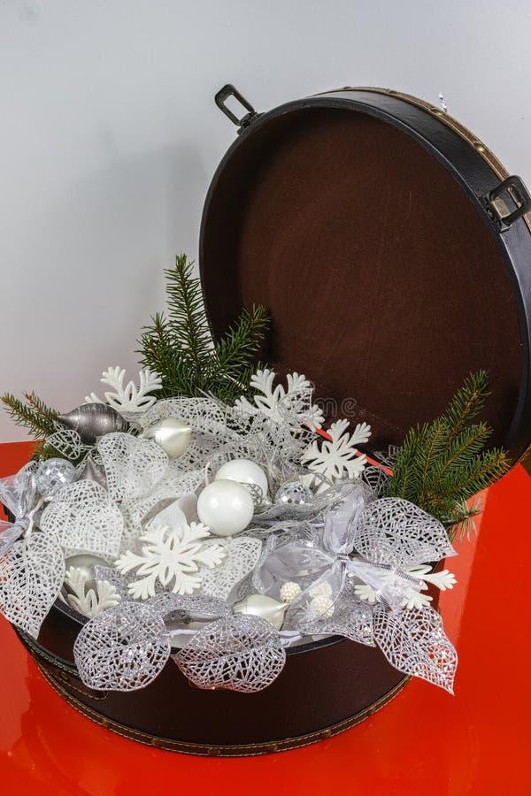Rocznika brouwn kaseton z białe boże narodzenie drzewną dekoracją i s zdjęcie royalty free