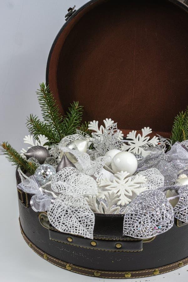 Rocznika brouwn kaseton z białe boże narodzenie drzewną dekoracją i s obraz royalty free