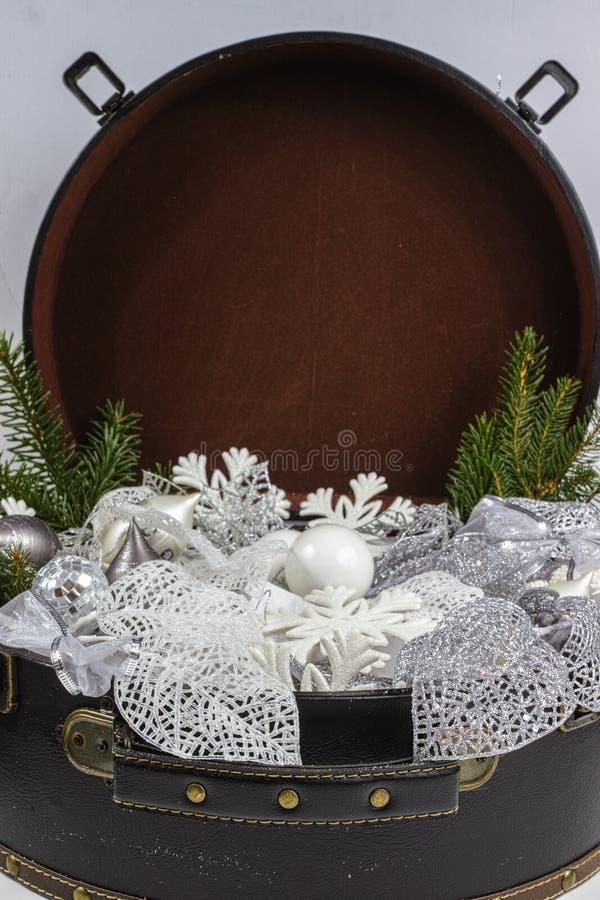 Rocznika brouwn kaseton z białe boże narodzenie drzewną dekoracją i s obraz stock