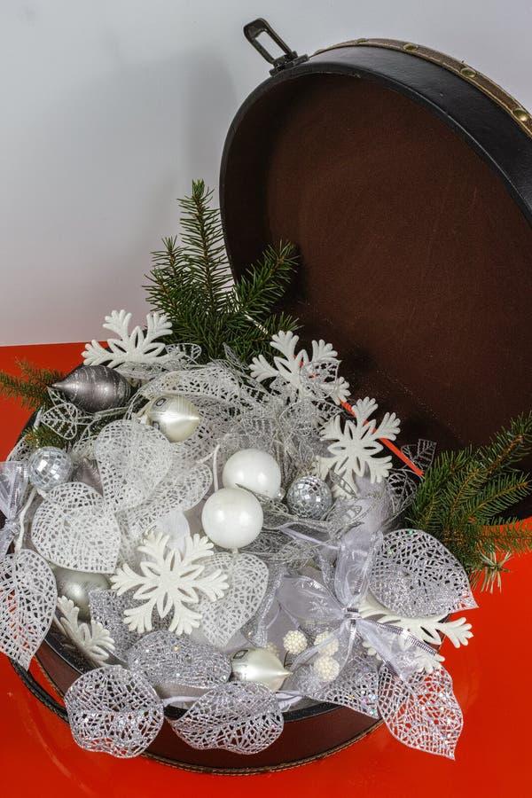 Rocznika brouwn kaseton z białe boże narodzenie drzewną dekoracją i s obrazy royalty free