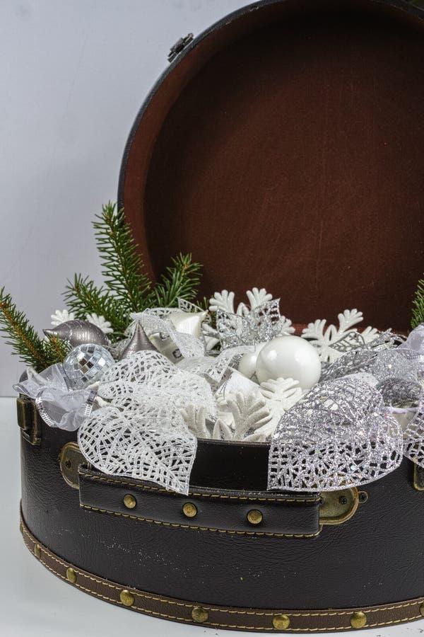 Rocznika brouwn kaseton z białe boże narodzenie drzewną dekoracją i s zdjęcie stock