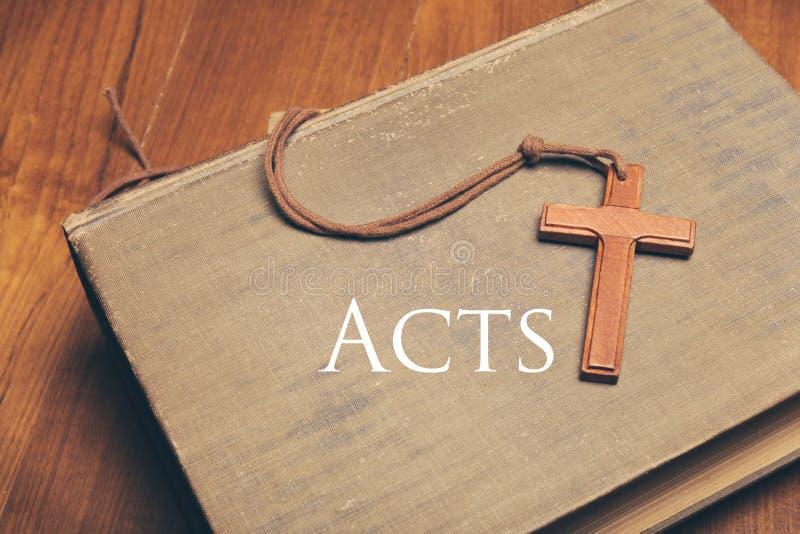 Rocznika brzmienie drewniana chrześcijanina krzyża kolia na świętej biblii wi fotografia royalty free
