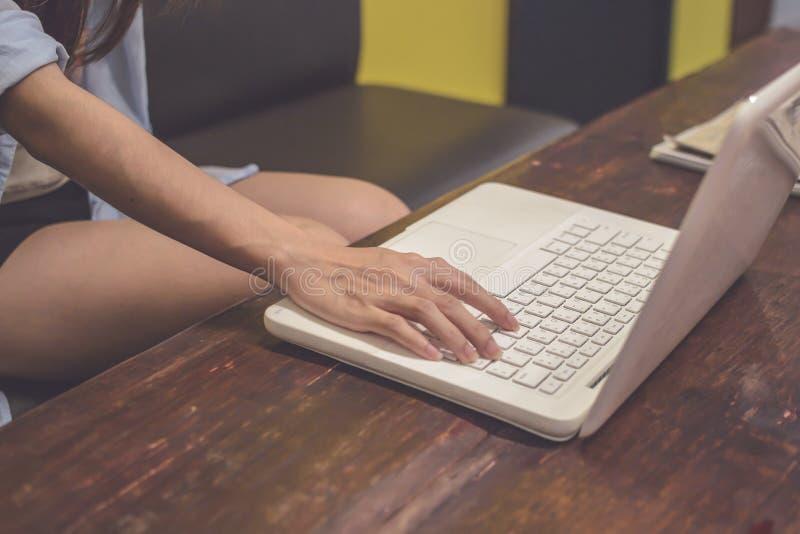Rocznika brzmienie Kobieta pracuje używać laptop na stole S zdjęcie royalty free