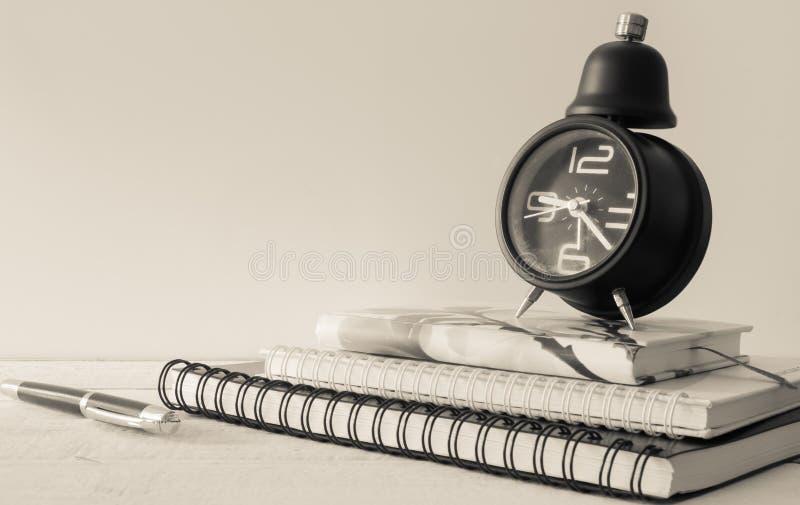 Rocznika budzik, notatnik i pióro, obraz stock