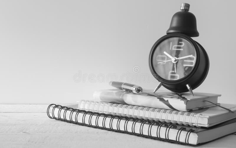 Rocznika budzik, notatnik i pióro, zdjęcie royalty free