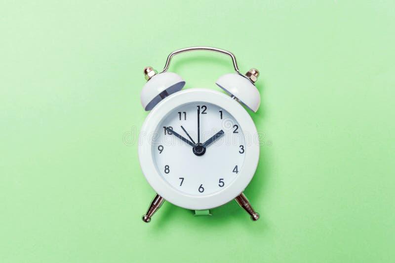 Rocznika budzik Odizolowywający na zielonym pastelowym tle zdjęcie stock