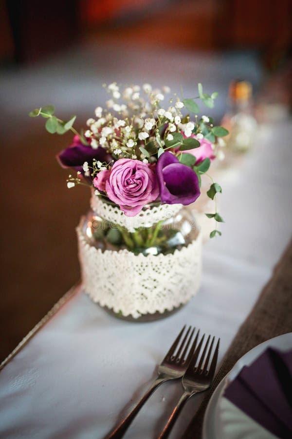 Rocznika bukiet świeży kwiat w pięknej szklanej wazie na białym stole w przyjęciu weselnym fotografia royalty free