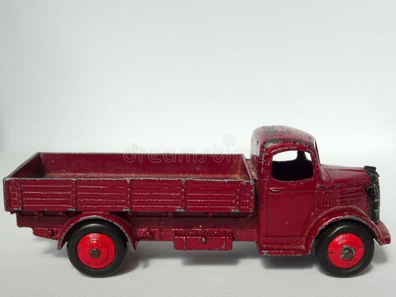 Rocznika Burgundy koloru Austin furgonetki metalu samochodu stara zabawka zdjęcia royalty free