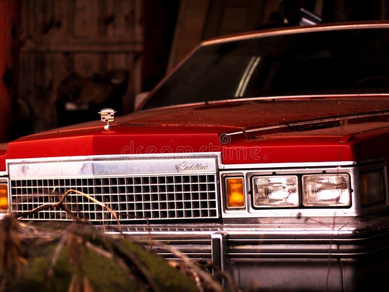 Rocznika Cadillac obsiadanie w stajni niezakłóconej zdjęcie royalty free