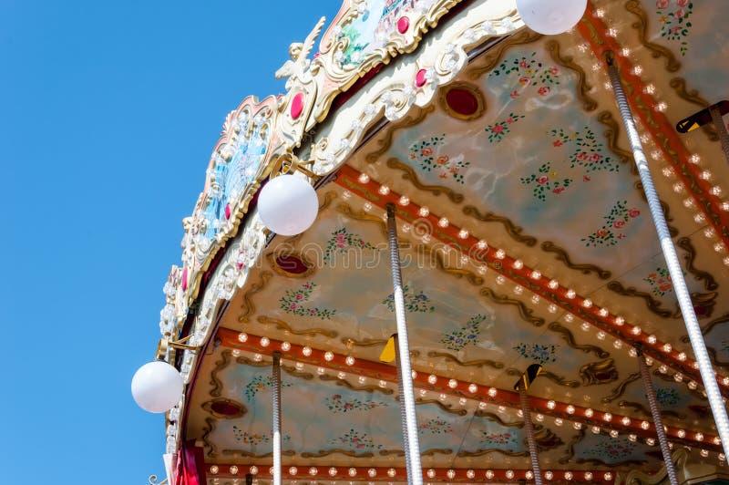 Rocznika carousel na tle jaskrawy błękitny wiosny niebo obraz stock