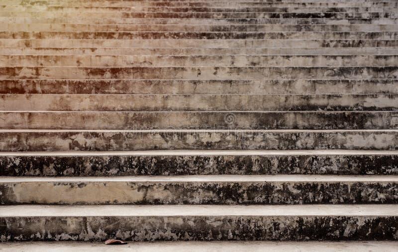 Rocznika cementowy schodek, stary i brudny mech plamą zdjęcia stock