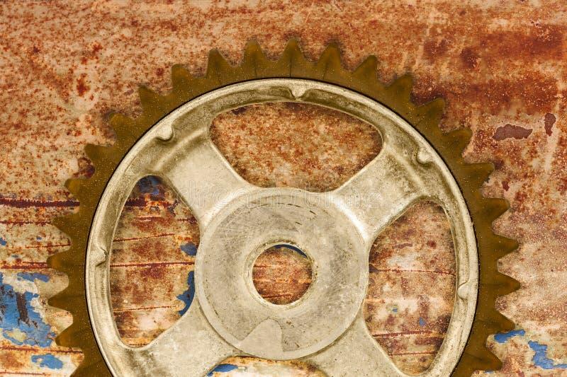 Rocznika cog koło przeciw ośniedziałemu tłu obraz stock