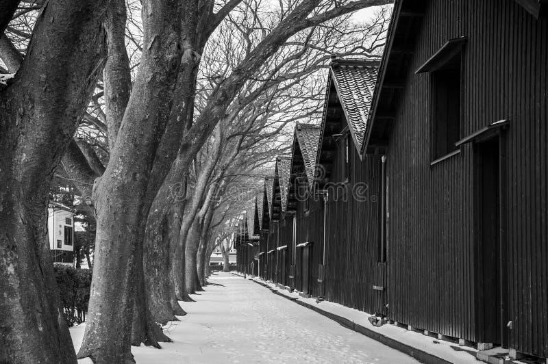 Rocznika czerni stary Japoński magazyn w zima śniegu Lin i drzewie zdjęcia royalty free