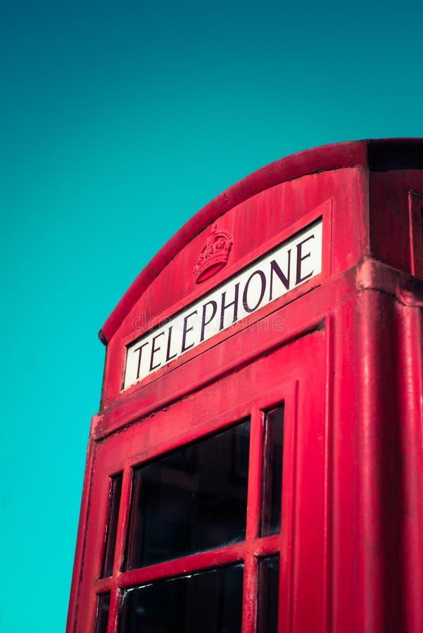 Rocznika Czerwony Brytyjski Tradycyjny Telefoniczny budka Z niebieskim niebem obrazy stock