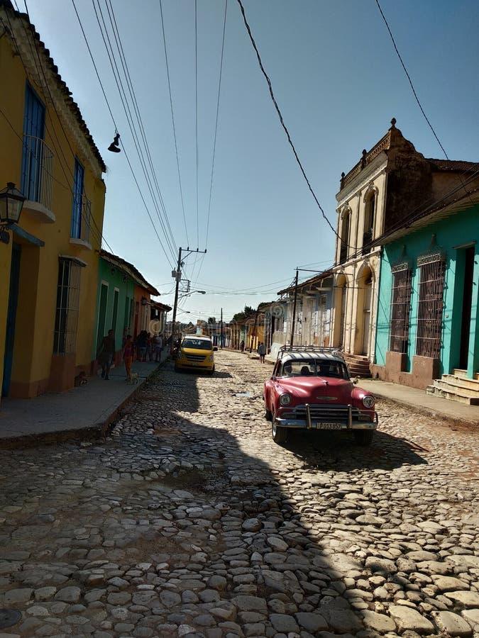Rocznika czerwony samochód blisko plaży fotografia royalty free