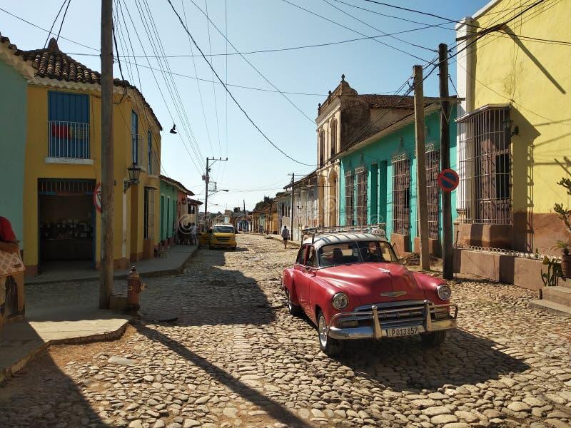 Rocznika czerwony samochód blisko plaży fotografia stock