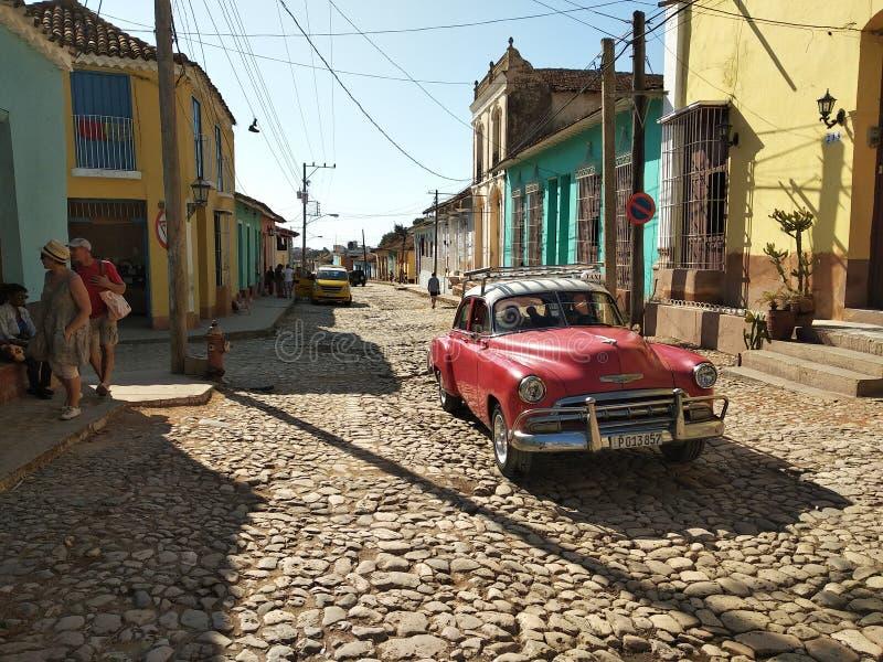 Rocznika czerwony samochód blisko plaży obrazy royalty free