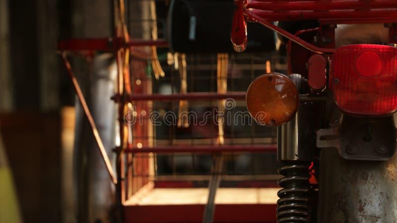 Rocznika Czerwony trójkołowiec - motocykli/lów szczegóły fotografia royalty free