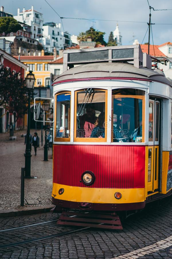 Rocznika czerwony tramwaj w centrum miasta Lisbon Miasto turystyczni punkty zwrotni Lisboa Lissabon fotografia stock