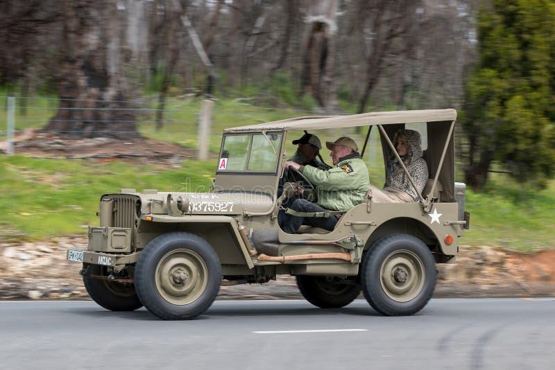 Rocznika dżipa Militarny jeżdżenie na wiejskiej drodze obrazy stock