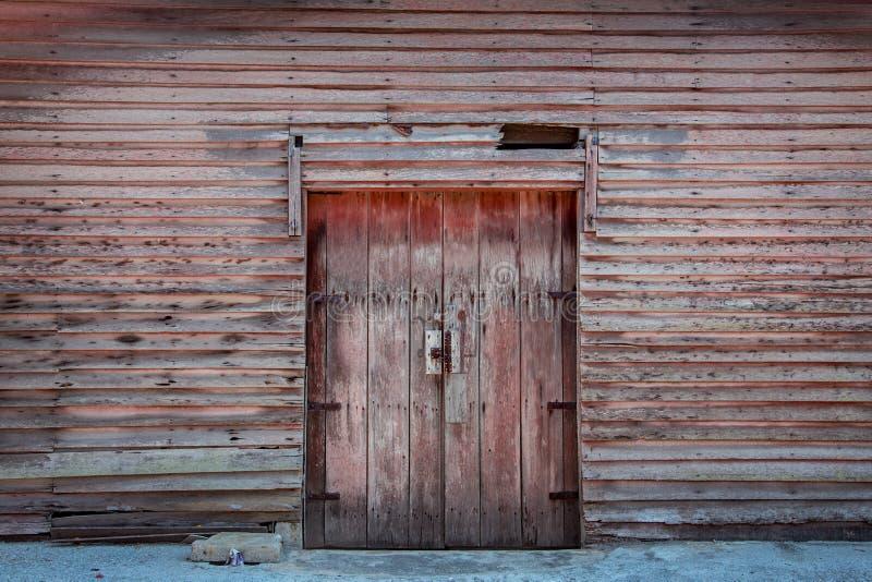 Rocznika drewnianego kabinowego budynku drzwiowa pobliska powierzchowność zdjęcia royalty free