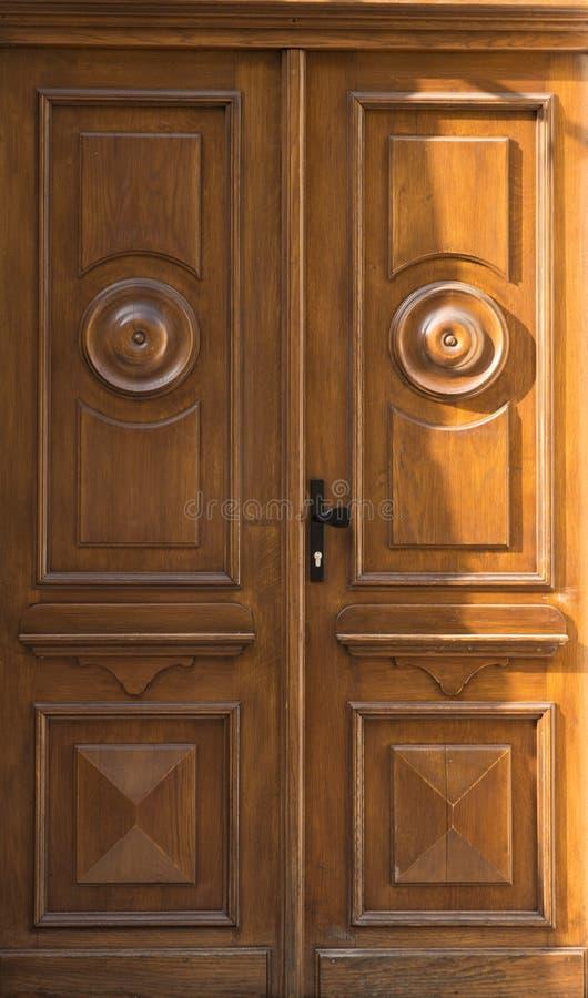 Rocznika drewniany żółty drzwiowy zakończenie fotografia stock