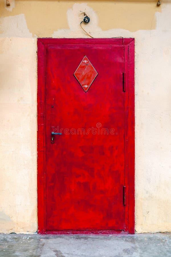 Rocznika drewniany czerwony drzwi zdjęcie royalty free