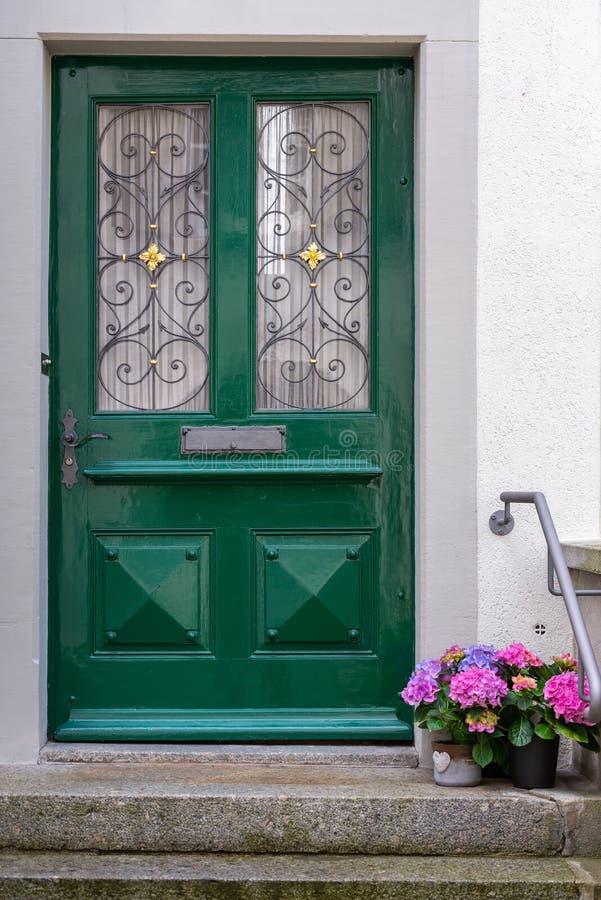 Rocznika Drewniany drzwi, Kolorowy kwiat dekoracja, domu Dekoracyjny projekt i plantacja i, Pojedynczy Drewniany drzwi w Starym m obrazy stock