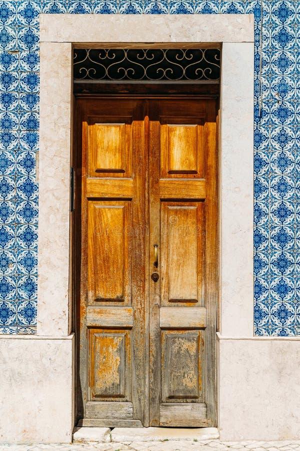 Rocznika Drewniany drzwi Z błękita marmuru płytek ścianą W Lisbon zdjęcie royalty free