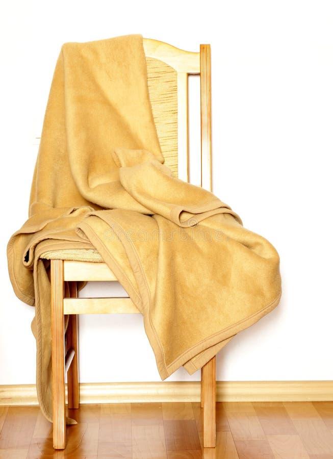 Rocznika drewniany krzesło z beżową szkocką kratą zdjęcia royalty free