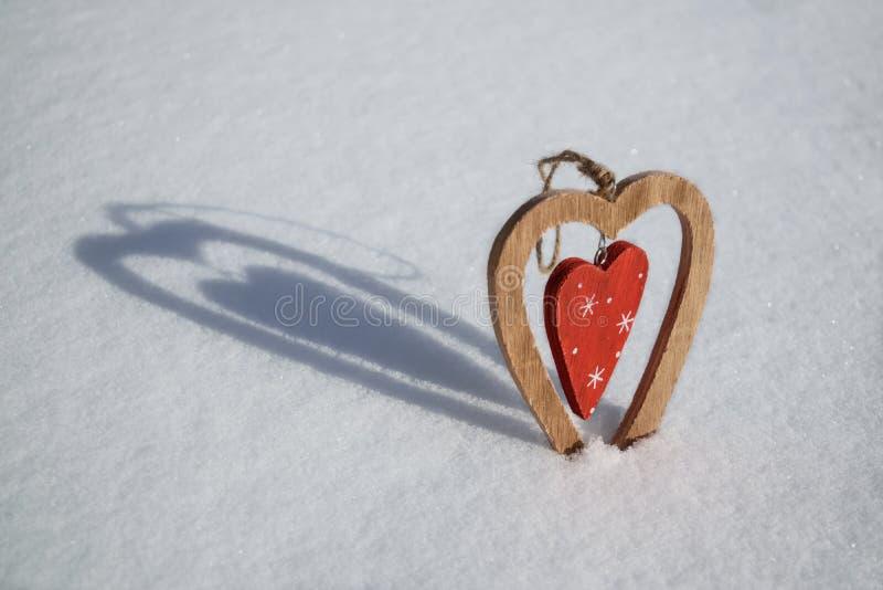 Rocznika drewniany serce na śniegu zdjęcie royalty free