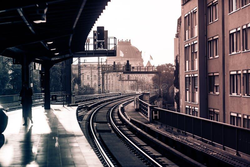 Rocznika dworzec z koleją obrazy stock
