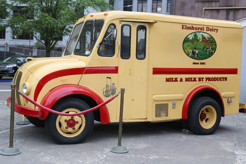 Rocznika Elmhurst nabiału DIVCO doręczeniowa ciężarówka w mostu brooklyńskiego parku obraz royalty free