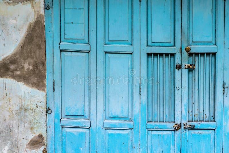 Rocznika falcowania błękitny drewniany drzwi zdjęcia royalty free