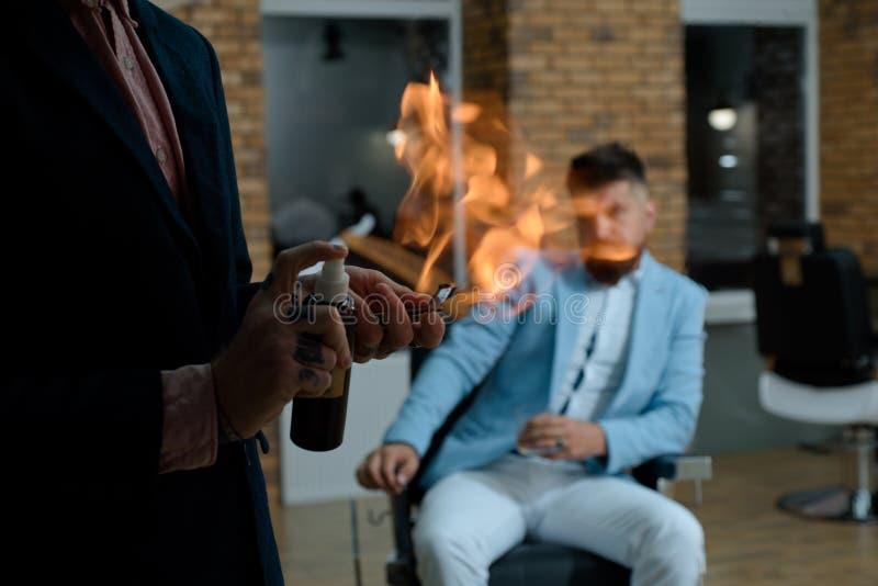 Rocznika fryzjera męskiego sklepu golenie Fryzjer robi fryzurze mężczyzna z brodą Fryzjery pracują dla przystojnego faceta przy obraz royalty free