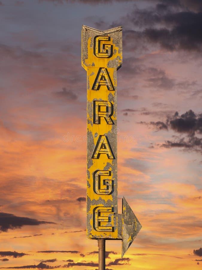 Rocznika garażu strzała Neonowy znak z zmierzchu niebem obrazy stock