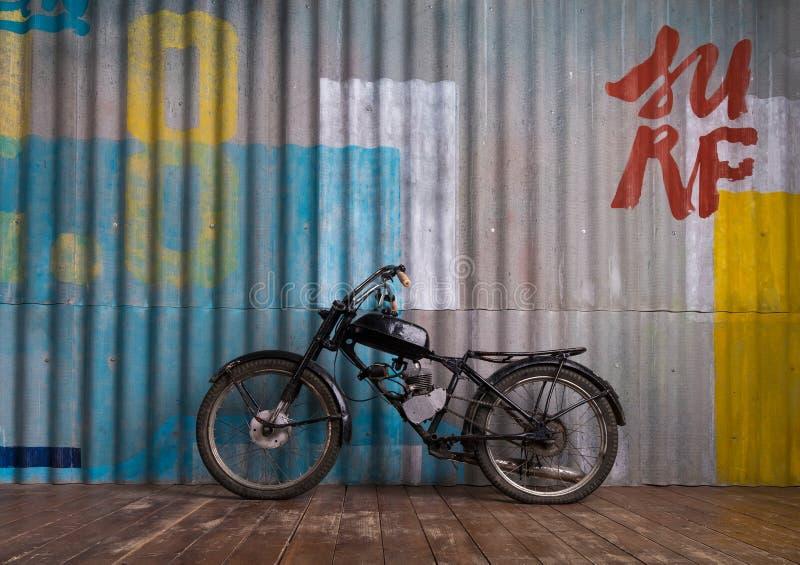 Rocznika garażu wnętrze z motocyklem obraz royalty free