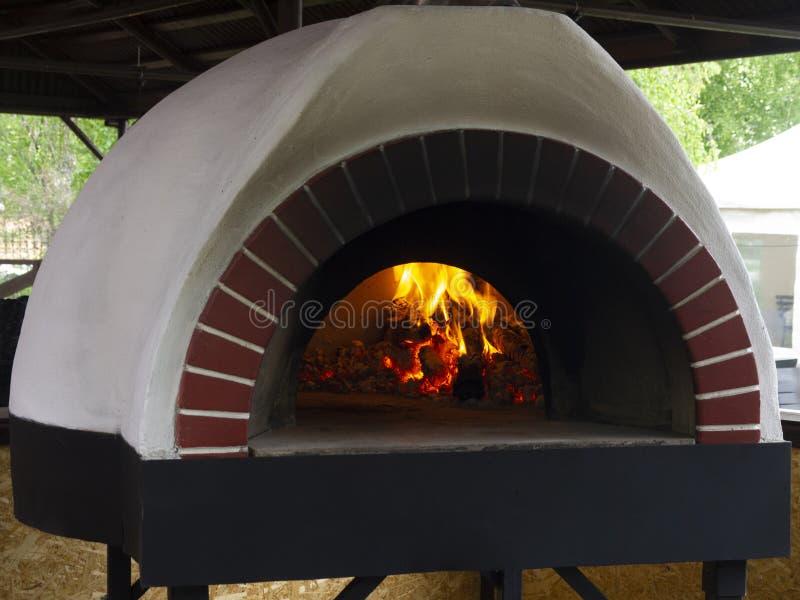 Rocznika gliniany piekarnik dla gotować w domu na wsi różnorodnych naczyniach: mieszkania torty, pizze, kulebiaki, zboża, mięso,  zdjęcie stock
