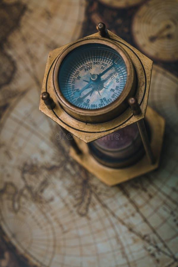 Rocznika Hourglass Morski Mosiężny kompas fotografia stock