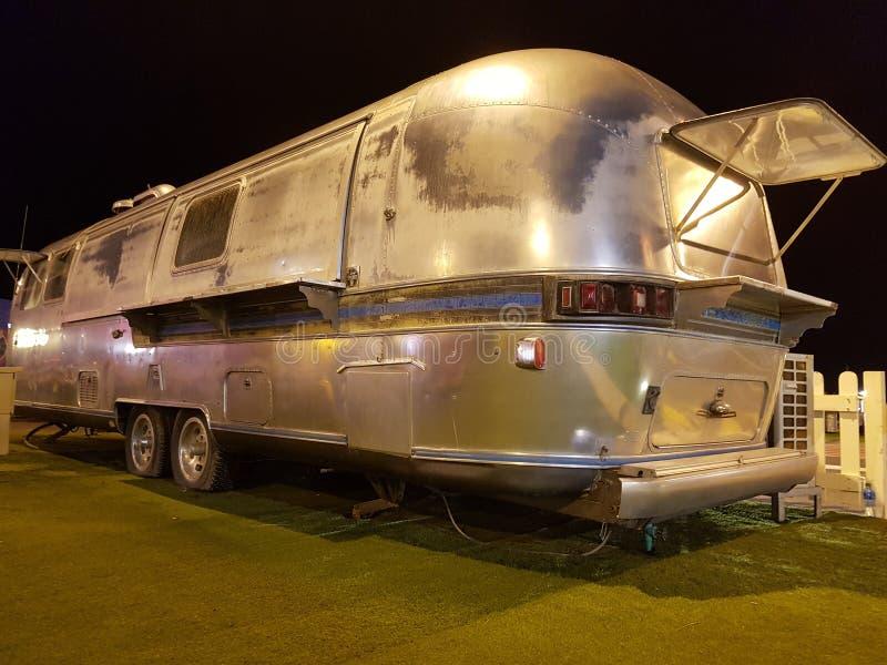 Rocznika jedzenia ciężarówka w nocy, piękny pojazd odczyszczający dla nowego biznesu obrazy royalty free