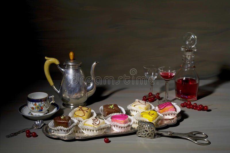 Rocznika jedzenia wciąż stylowy życie z szlachetnymi petit cztery cukierkami i obraz stock