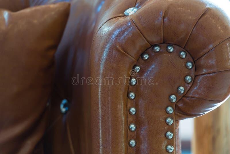 Rocznika karła stylowa brown rzemienna kanapa w żywym pokoju Interi zdjęcie royalty free