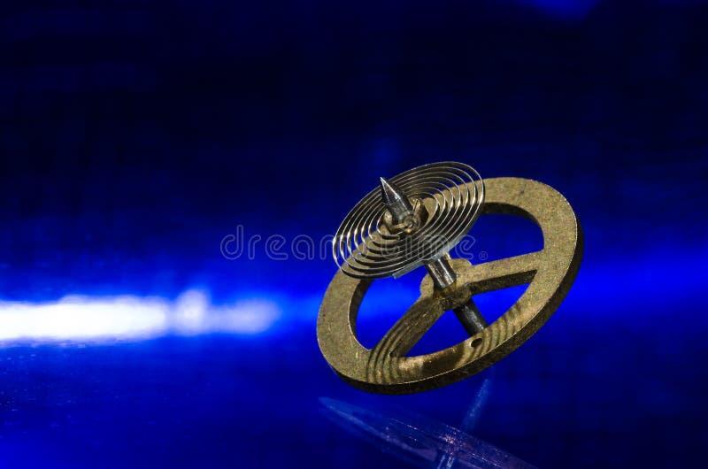 Rocznika Kieszeniowego zegarka Hairspring Odpoczywa na Błękitnej powierzchni obrazy stock