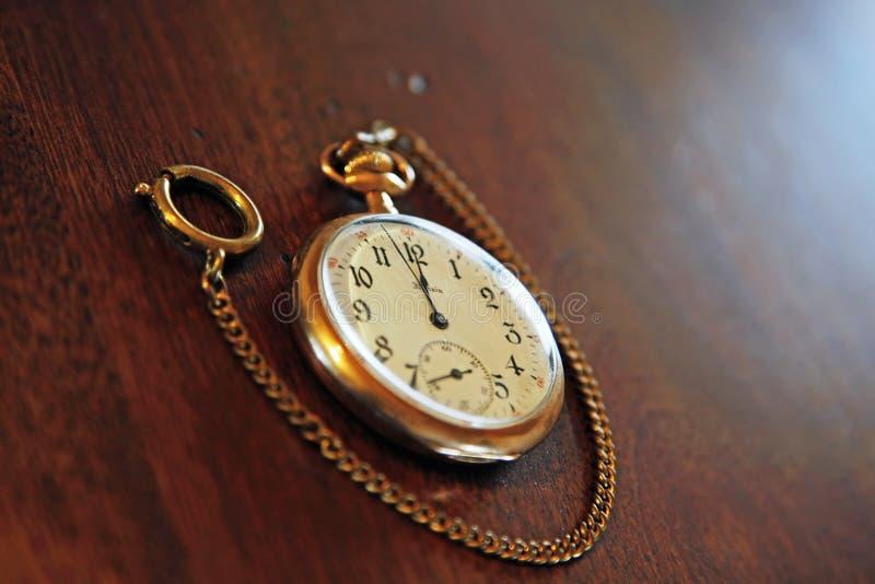 Rocznika Kieszeniowy zegarek na drewnie obrazy stock