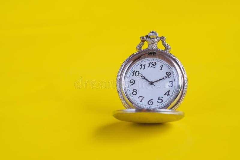 Rocznika kieszeniowy zegarek na koloru tle zdjęcia royalty free