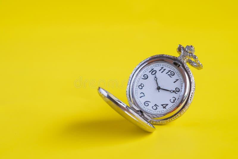 Rocznika kieszeniowy zegarek na koloru tle zdjęcia stock