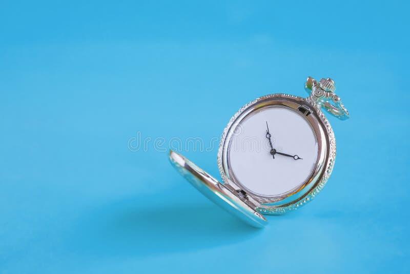 Rocznika kieszeniowy zegarek na kolorze obraz royalty free