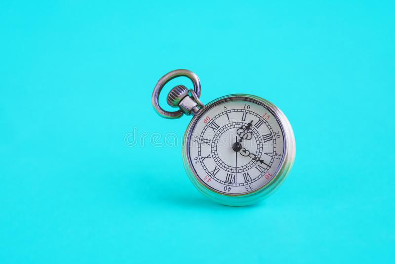 Rocznika kieszeniowy zegarek na kolorze fotografia royalty free