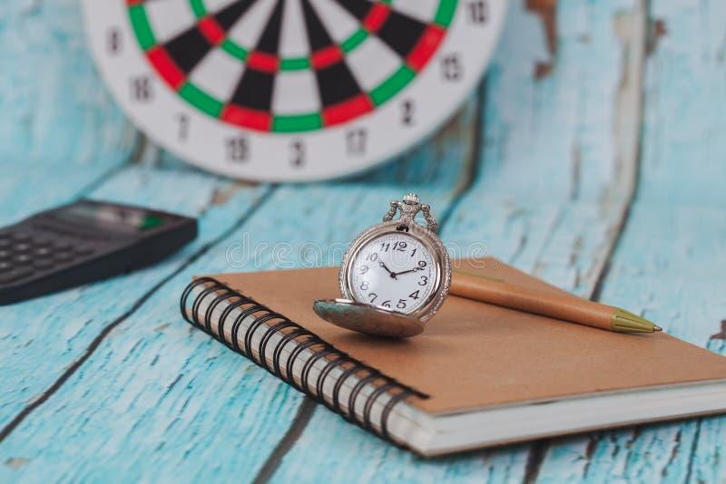Rocznika kieszeniowy zegarek na książkowej notatce zdjęcia stock