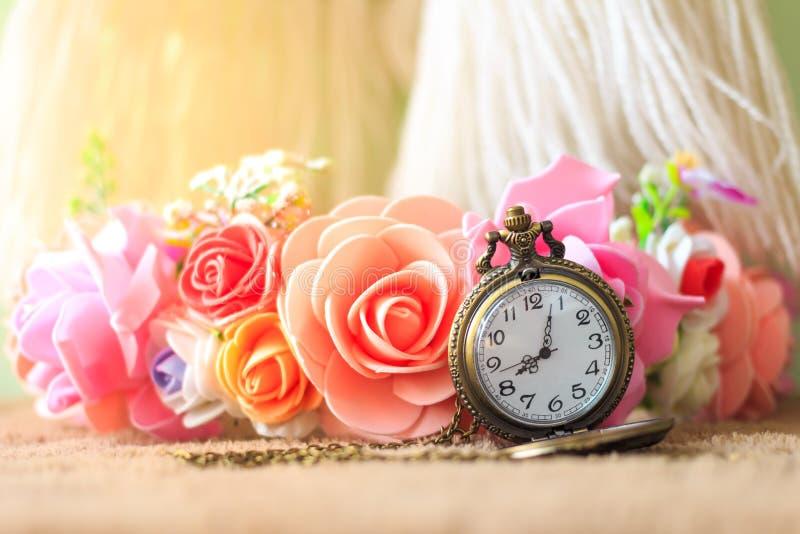Rocznika kieszeniowy zegarek z różanym bukietem zdjęcie stock
